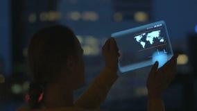 Κορίτσι με την ταμπλέτα του μέλλοντος απόθεμα βίντεο