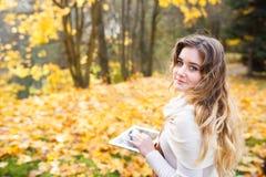 Κορίτσι με την ταμπλέτα το φθινόπωρο Στοκ Εικόνα