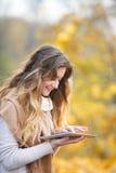 Κορίτσι με την ταμπλέτα το φθινόπωρο Στοκ εικόνα με δικαίωμα ελεύθερης χρήσης