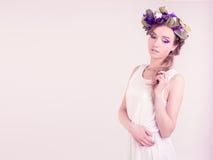 Κορίτσι με την τοποθέτηση κορωνών λουλουδιών στο στούντιο Στοκ εικόνα με δικαίωμα ελεύθερης χρήσης