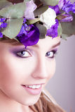 Κορίτσι με την τοποθέτηση κορωνών λουλουδιών στο στούντιο Στοκ φωτογραφία με δικαίωμα ελεύθερης χρήσης