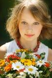 Κορίτσι με τη δέσμη των wildflowers υπαίθρια Στοκ φωτογραφίες με δικαίωμα ελεύθερης χρήσης