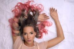 Κορίτσι με τη βαμμένη τρίχα, επαγγελματικός χρωματισμός τρίχας Στοκ Εικόνα