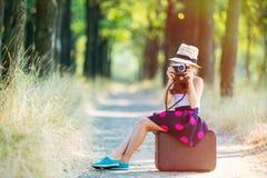 Κορίτσι με τη βαλίτσα και τη κάμερα Στοκ Φωτογραφίες
