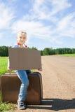 Κορίτσι με τη βαλίτσα που στέκεται για το δρόμο στοκ φωτογραφίες