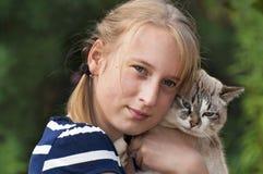 Κορίτσι με τη γάτα Στοκ εικόνα με δικαίωμα ελεύθερης χρήσης