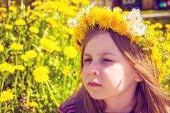 Κορίτσι με τη γιρλάντα στο κεφάλι στον κήπο Στοκ Φωτογραφία