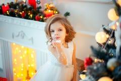 Κορίτσι με τη διακόσμηση Χριστουγέννων στοκ φωτογραφίες με δικαίωμα ελεύθερης χρήσης
