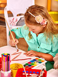 Κορίτσι με τη ζωγραφική βουρτσών στον παιδικό σταθμό Στοκ Εικόνες