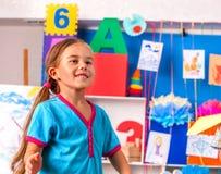 Κορίτσι με τη ζωγραφική βουρτσών στον παιδικό σταθμό Στοκ φωτογραφίες με δικαίωμα ελεύθερης χρήσης