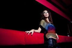 Κορίτσι με τη ζωηρόχρωμη μπλούζα Στοκ Φωτογραφία