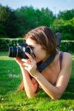 Κορίτσι με τη κάμερα στο πάρκο Στοκ Εικόνες