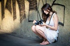 Κορίτσι με τη κάμερα Στοκ Φωτογραφίες