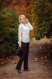 Κορίτσι με τη μακριά άσπρη τρίχα στο δάσος φθινοπώρου Στοκ φωτογραφία με δικαίωμα ελεύθερης χρήσης