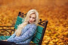 Κορίτσι με τη μακριά άσπρη τρίχα στο δάσος φθινοπώρου Στοκ εικόνα με δικαίωμα ελεύθερης χρήσης