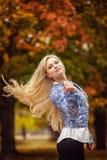 Κορίτσι με τη μακριά άσπρη τρίχα στο δάσος φθινοπώρου Στοκ εικόνες με δικαίωμα ελεύθερης χρήσης