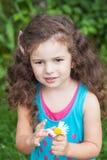 Κορίτσι με τη μαργαρίτα στα χέρια της Στοκ φωτογραφίες με δικαίωμα ελεύθερης χρήσης