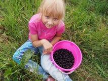 Κορίτσι με τη μαύρη σταφίδα Στοκ εικόνες με δικαίωμα ελεύθερης χρήσης