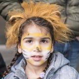 Κορίτσι με τη μεταμφίεση λιονταριών στοκ φωτογραφία
