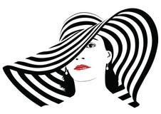 Κορίτσι με τη σκοτεινή τρίχα στο μεγάλο ριγωτό καπέλο - Στοκ Φωτογραφία