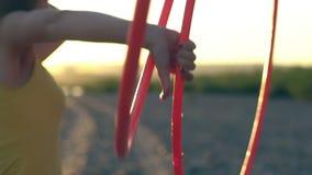 Κορίτσι με τη στεφάνη στη φύση φιλμ μικρού μήκους