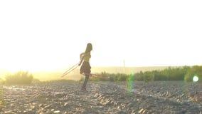 Κορίτσι με τη στεφάνη στη φύση απόθεμα βίντεο