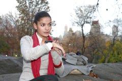 Κορίτσι με τη συσκευή επικοινωνίας στοκ φωτογραφία με δικαίωμα ελεύθερης χρήσης