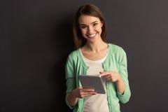 Κορίτσι με τη συσκευή Στοκ φωτογραφία με δικαίωμα ελεύθερης χρήσης