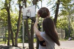 Κορίτσι με τη σφαίρα Στοκ Εικόνες