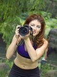 Κορίτσι με τη φωτογραφική μηχανή στο πάρκο Στοκ Εικόνες