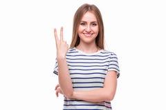 Κορίτσι με τη χειρονομία νίκης στοκ εικόνα