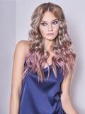 Κορίτσι με τη χρωματισμένη υγιή τρίχα Στοκ εικόνα με δικαίωμα ελεύθερης χρήσης