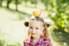 Κορίτσι με τη Apple στον οπωρώνα της Apple Στοκ Φωτογραφία