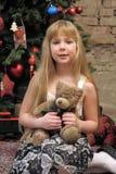 Κορίτσι με τη teddy αρκούδα στα χέρια της Στοκ εικόνα με δικαίωμα ελεύθερης χρήσης
