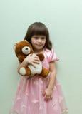 Κορίτσι με τη teddy αρκούδα Στοκ φωτογραφία με δικαίωμα ελεύθερης χρήσης