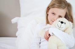 Κορίτσι με τη teddy συνεδρίασή της στο σπορείο στοκ εικόνες