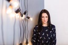 Κορίτσι με τις λάμπες φωτός Στοκ Εικόνα
