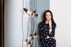 Κορίτσι με τις λάμπες φωτός Στοκ εικόνα με δικαίωμα ελεύθερης χρήσης