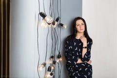 Κορίτσι με τις λάμπες φωτός Στοκ φωτογραφία με δικαίωμα ελεύθερης χρήσης