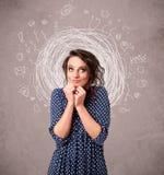 Κορίτσι με τις αφηρημένα κυκλικά γραμμές και τα εικονίδια doodle Στοκ Εικόνες