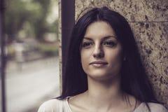 Κορίτσι με τις ευτυχείς σκέψεις Στοκ Φωτογραφίες