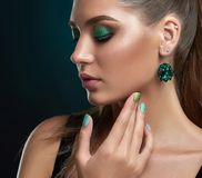 Κορίτσι με τις ιδιαίτερες προσοχές, μακροχρόνια eyelashes και makeup στα πράσινα χρώματα στοκ φωτογραφία
