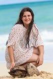 Κορίτσι με τις καρύδες Στοκ φωτογραφία με δικαίωμα ελεύθερης χρήσης