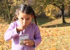 Κορίτσι με τις κοτσίδες που τρώει seads στοκ φωτογραφίες με δικαίωμα ελεύθερης χρήσης