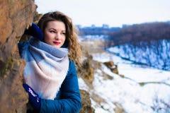 Κορίτσι με τις κουρτίνες το χειμώνα κοντά στον απότομο βράχο στοκ εικόνα