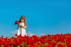 Κορίτσι με τις παπαρούνες Στοκ εικόνες με δικαίωμα ελεύθερης χρήσης