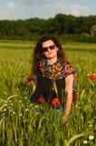 Κορίτσι με τις παπαρούνες στοκ φωτογραφία με δικαίωμα ελεύθερης χρήσης