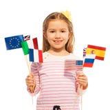Κορίτσι με τις σημαίες των ευρωπαϊκών εθνών και των ΗΠΑ Στοκ εικόνα με δικαίωμα ελεύθερης χρήσης