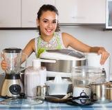 Κορίτσι με τις συσκευές κουζινών στο σπίτι Στοκ φωτογραφία με δικαίωμα ελεύθερης χρήσης