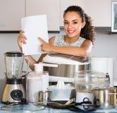 Κορίτσι με τις συσκευές κουζινών στο σπίτι Στοκ Εικόνες